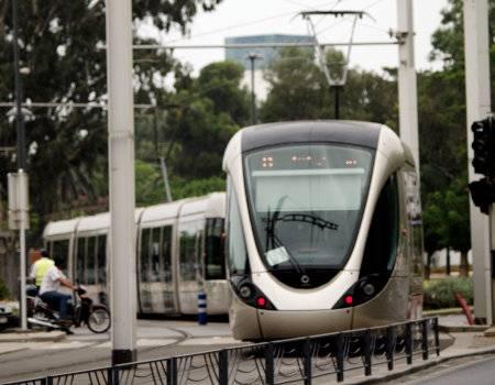 Photo d'un tramway en mouvement au Maroc